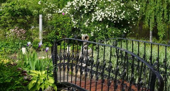 Декоративные металлические решетки, перила для мостиков, перголы с коваными элементами